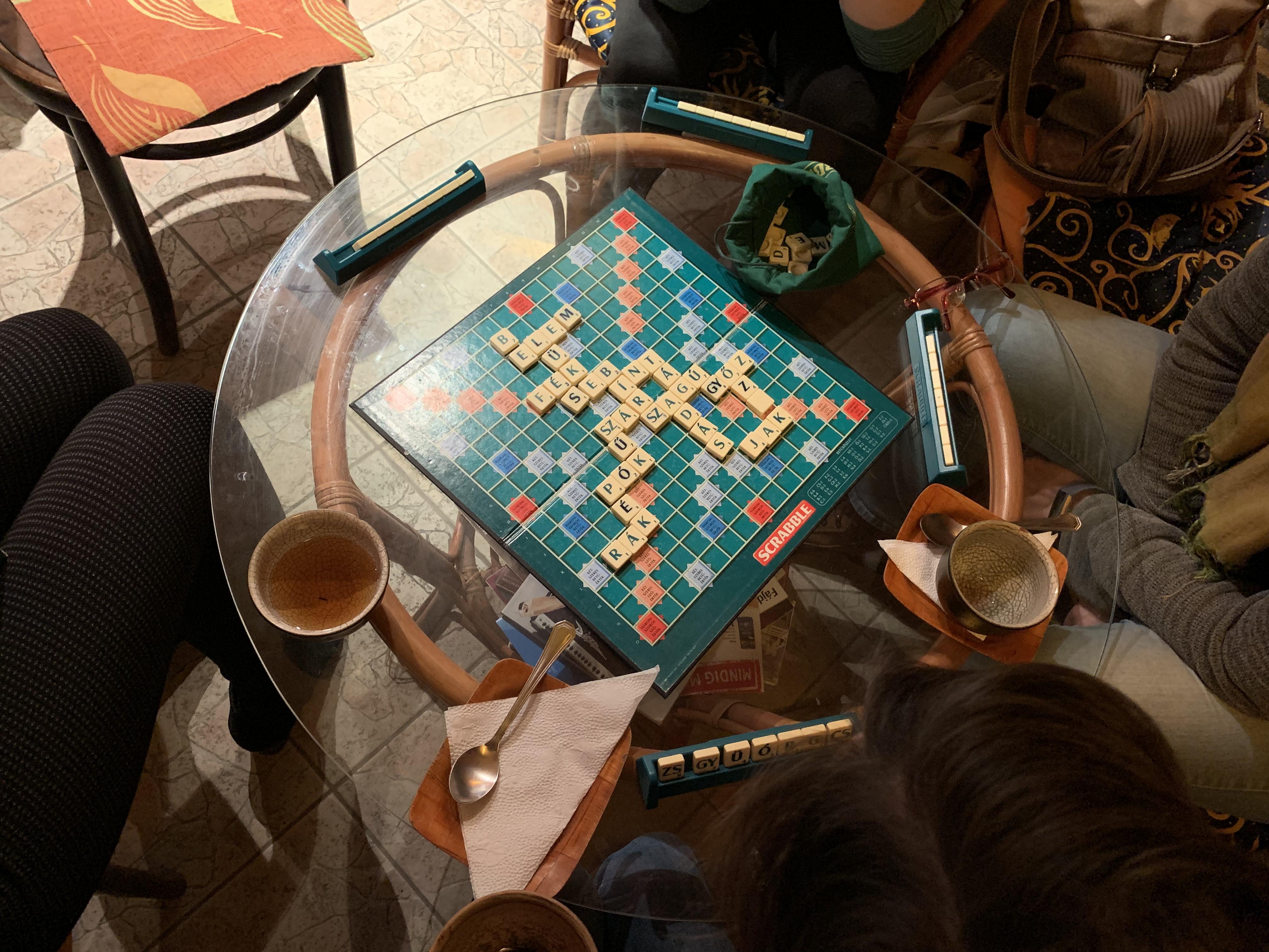 scrabble játék az asztalon teával